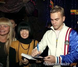 Игорь раздает автографы поклонницам